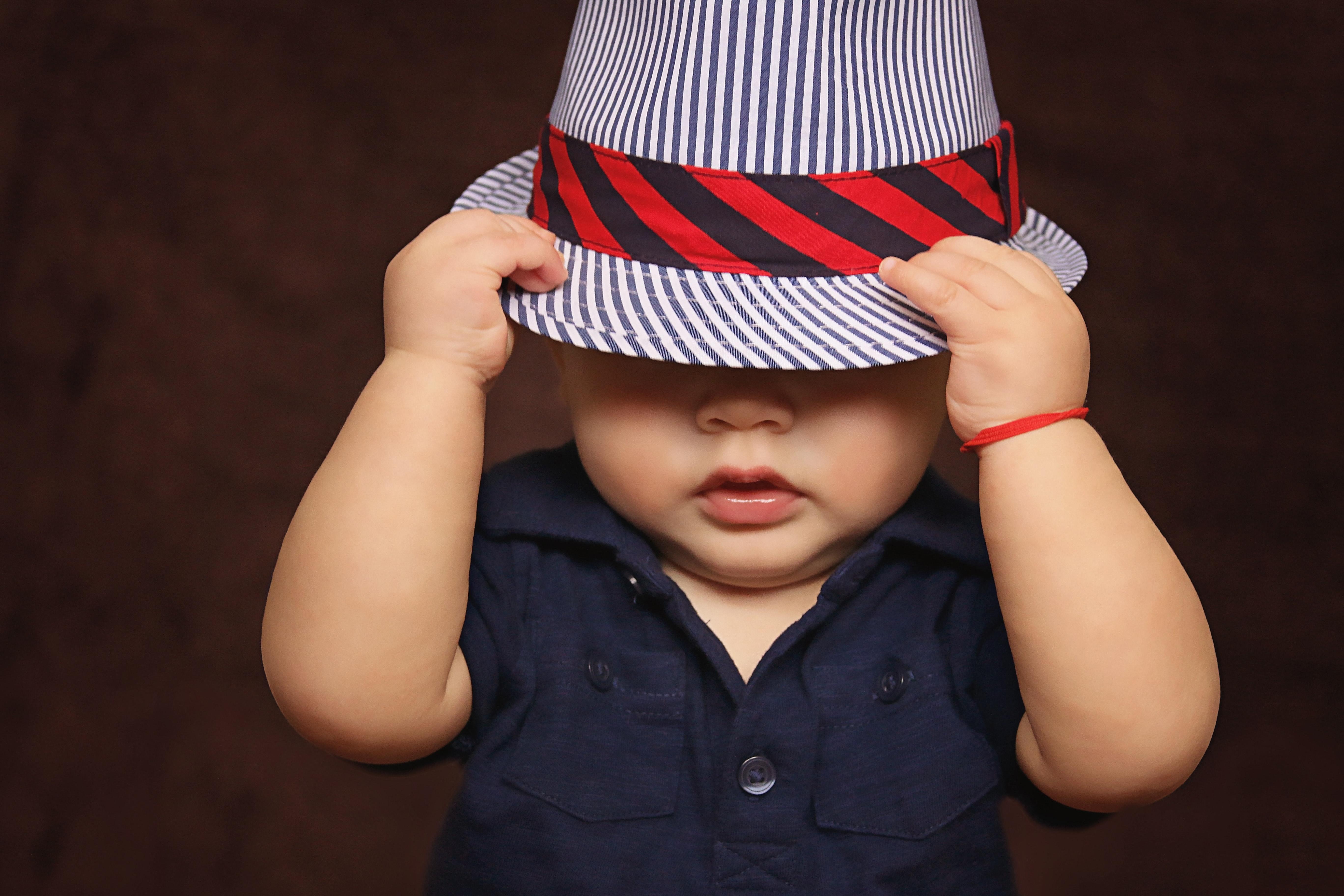 Ett litet barn i hatt